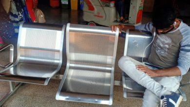 Photo of स्टेशन में टूटी कुर्सी, कचरे वाला रेलनीर, कल जीएम करेंगे निरीक्षण