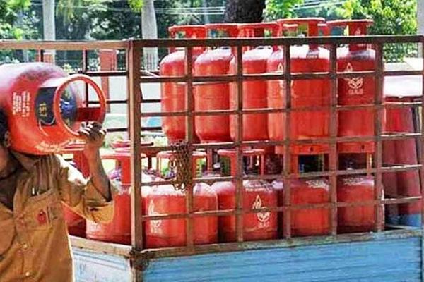Photo of रसोई गैस सिलेंडर 25 रुपये और महंगा हुआ, विमान ईंधन के दाम 6.5% बढ़े
