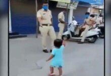 Photo of कर्फ्यू ड्यूटी के दौरान मासूम बच्ची ने पुलिसकर्मी के साथ किया कुछ ऐसा, वीडियो देख भावुक हुए लोग